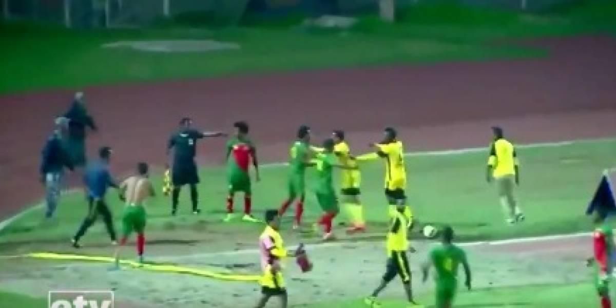 Árbitro é agredido por jogadores após validar gol; imagens são fortes