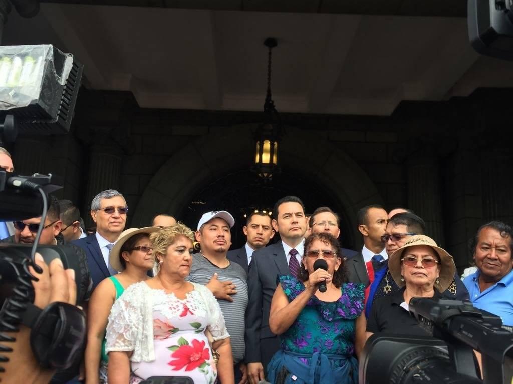 presidente Jimmy Morales recibe a vendedores de La Terminal