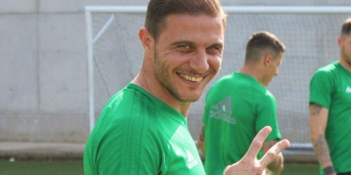 "Futbolista español parodia a JLo con ""El anillo"""