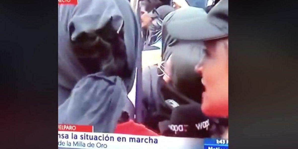 Reportera se defiende en medio de protesta en la Milla de Oro