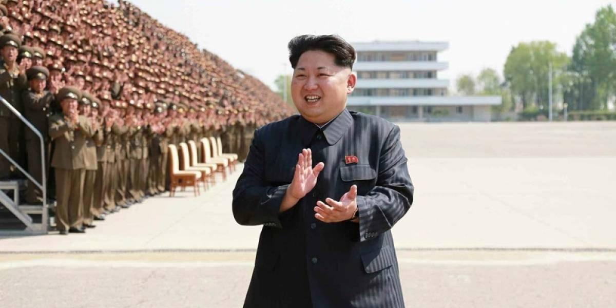Kim Jong-un empuja a fotógrafo por intentar tomar fotos a su esposa