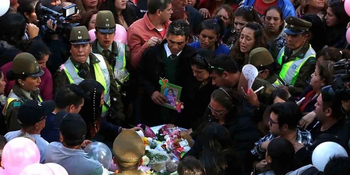 Furia total en funeral de Ámbar: asistentes se abalanzan sobre la madre biológica para agredirla y Carabineros debe retirarla del cementerio