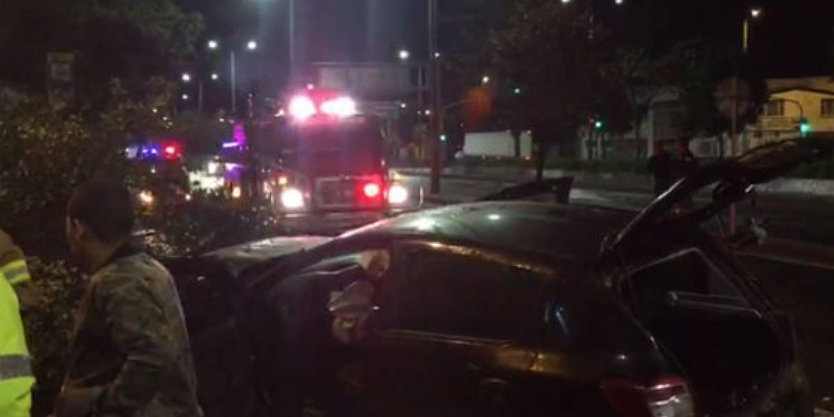 Despechado se emborrachó y arrolló árboles y un taxi con su carro