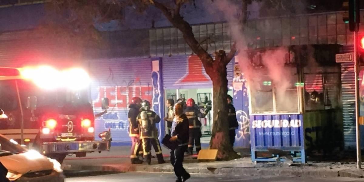 Desconocidos rocían bencina a guardia y queman caseta municipal de Santiago
