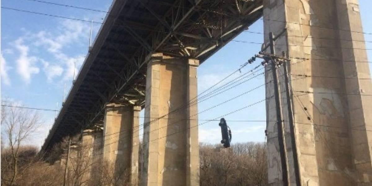 El misterio de un auto colgado de un puente en Canadá que nadie sabe cómo llegó allí