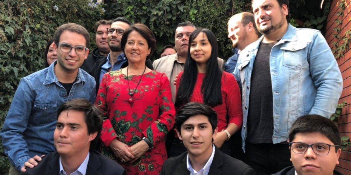 """Soledad Alvear da """"puntapié inicial"""" a nuevo movimiento político al recibir a jóvenes en su residencia"""