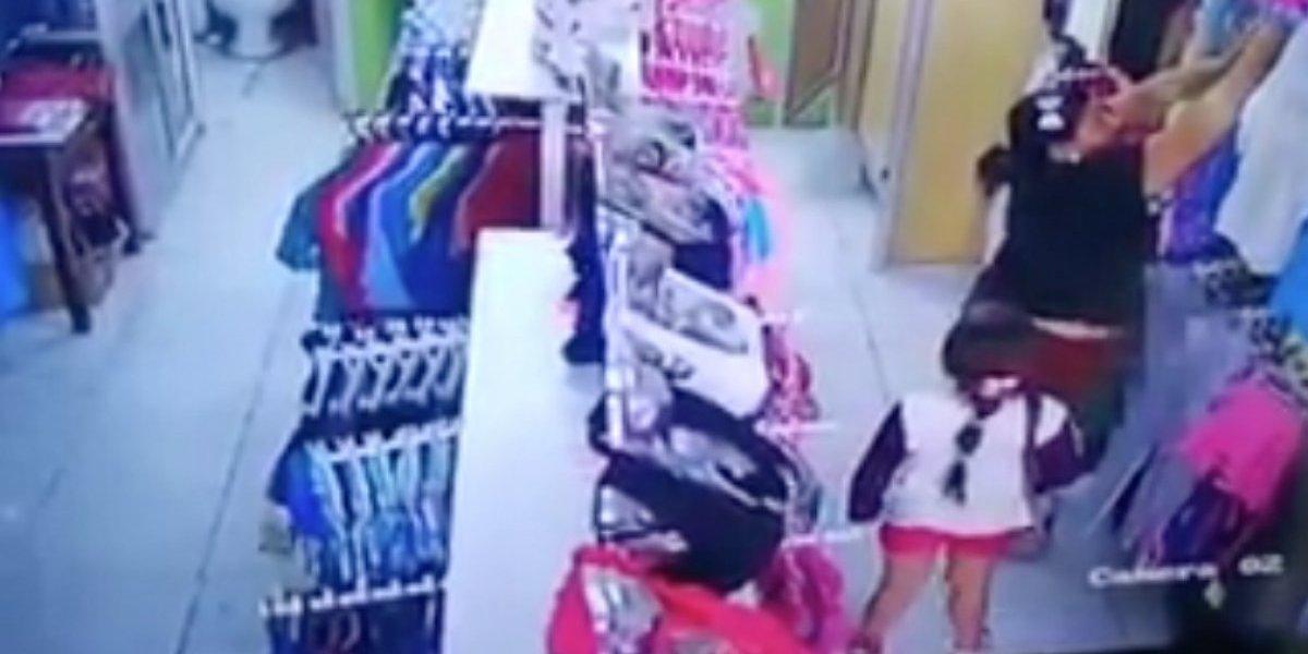 Video: Delincuentes usan a menor de edad para robar ropa en Sucumbíos