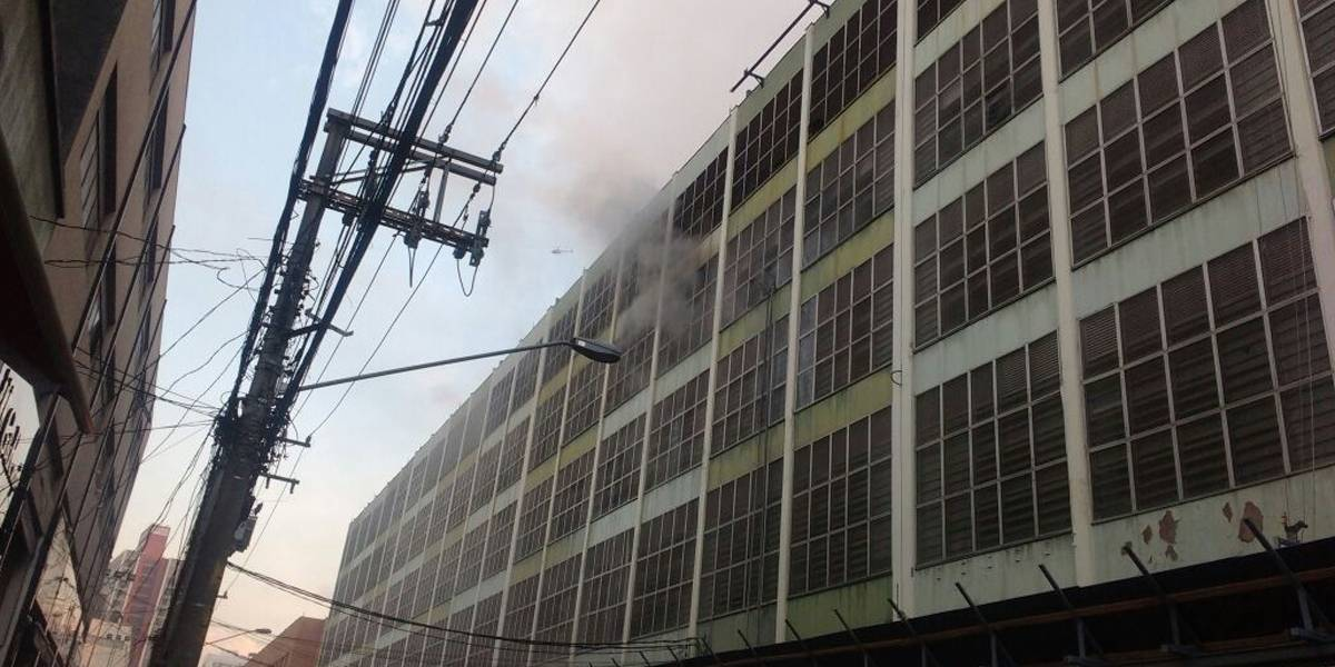 Incêndio atinge prédio comercial no Pari, zona leste de SP