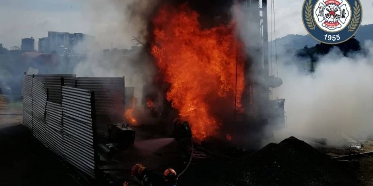 EN IMÁGENES. Incendio de grandes proporciones en predio municipal de Santa Catarina Pinula