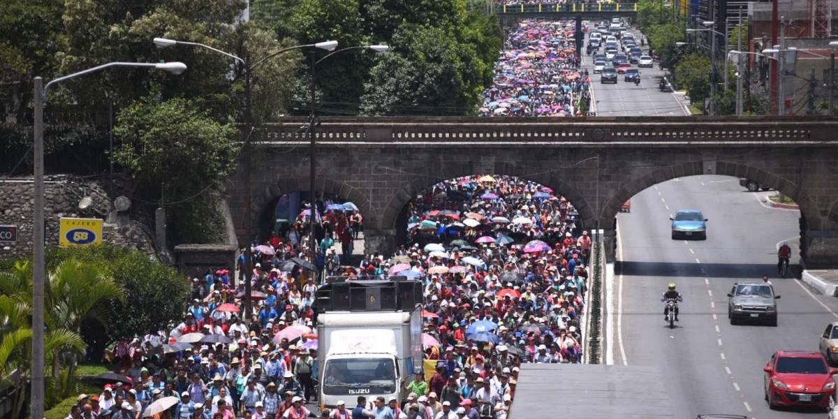 Maestros realizan manifestación en la capital para exigir pacto colectivo