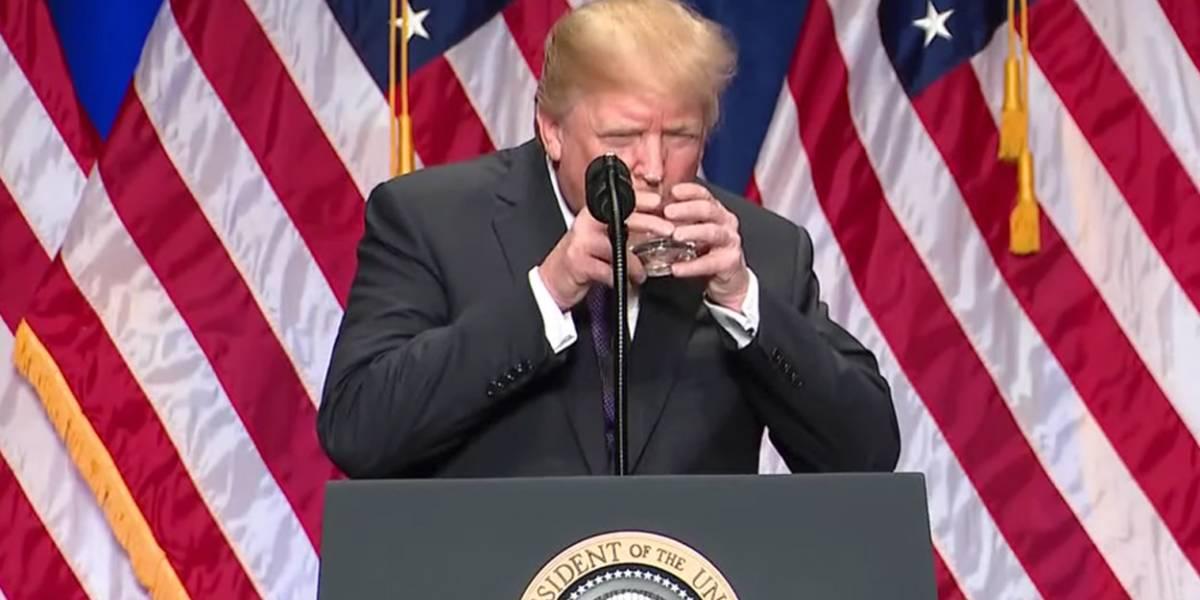 Donald Trump toma agua como un bebé y la red enloquece