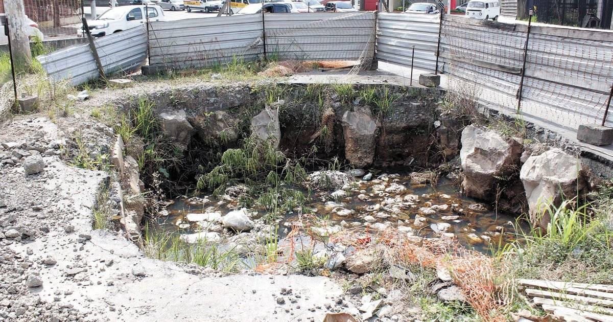 Escavação na região da praça tem água parada e lixo