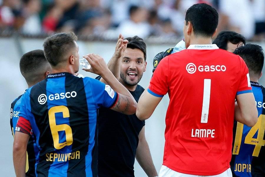 Larcamón mantiene una relación cercana con sus jugadores / Foto: Photosport