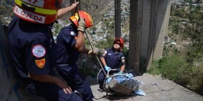 Rescate de cuerpo abajo del puente El Incienso