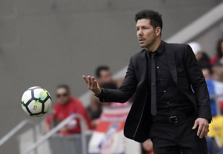 Diego Simeone pasa el balón en un cotejo