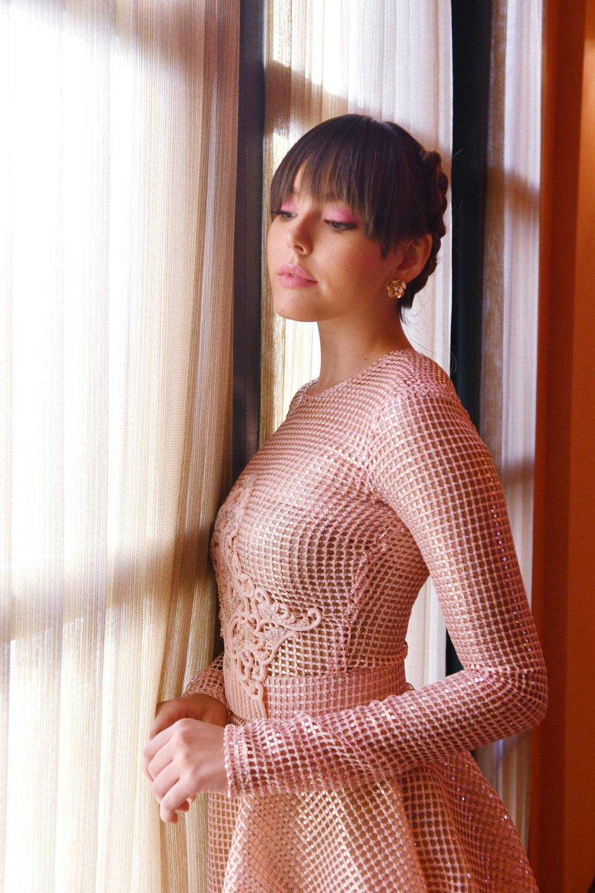 Vestido de manga larga y falda amplia en Malla, bordada en lentejuelas, entallado en la cintura con detalle bordado en cristales en el área del torso. Accesorios: BVLGARI / Foto: Dennis Jones