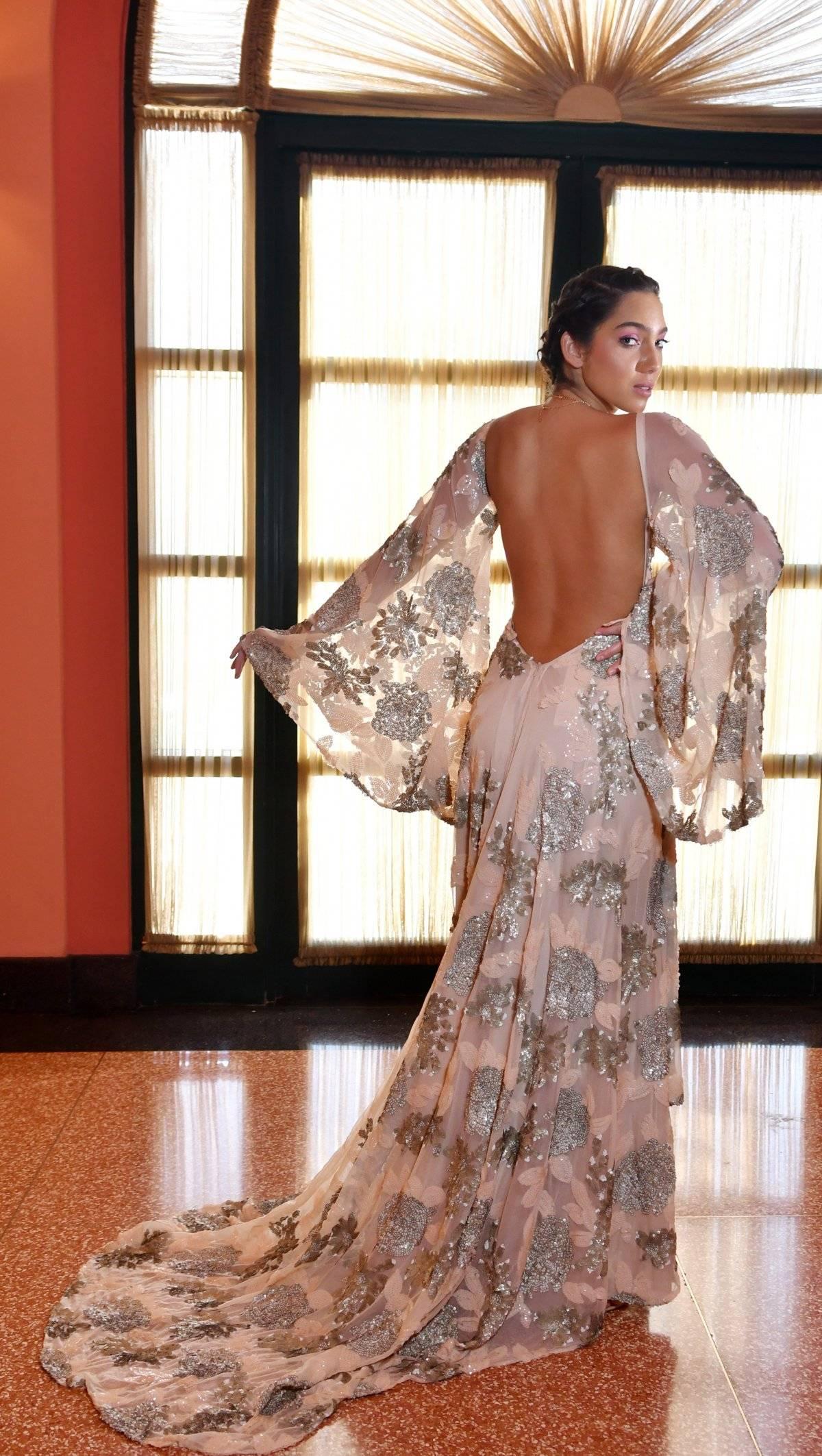 Vestido largo en tul nude, bordado en flores de lentejuelas con escote profundo en el frente y en la espalda. Accesorios: BVLGARI / Foto: Dennis Jones