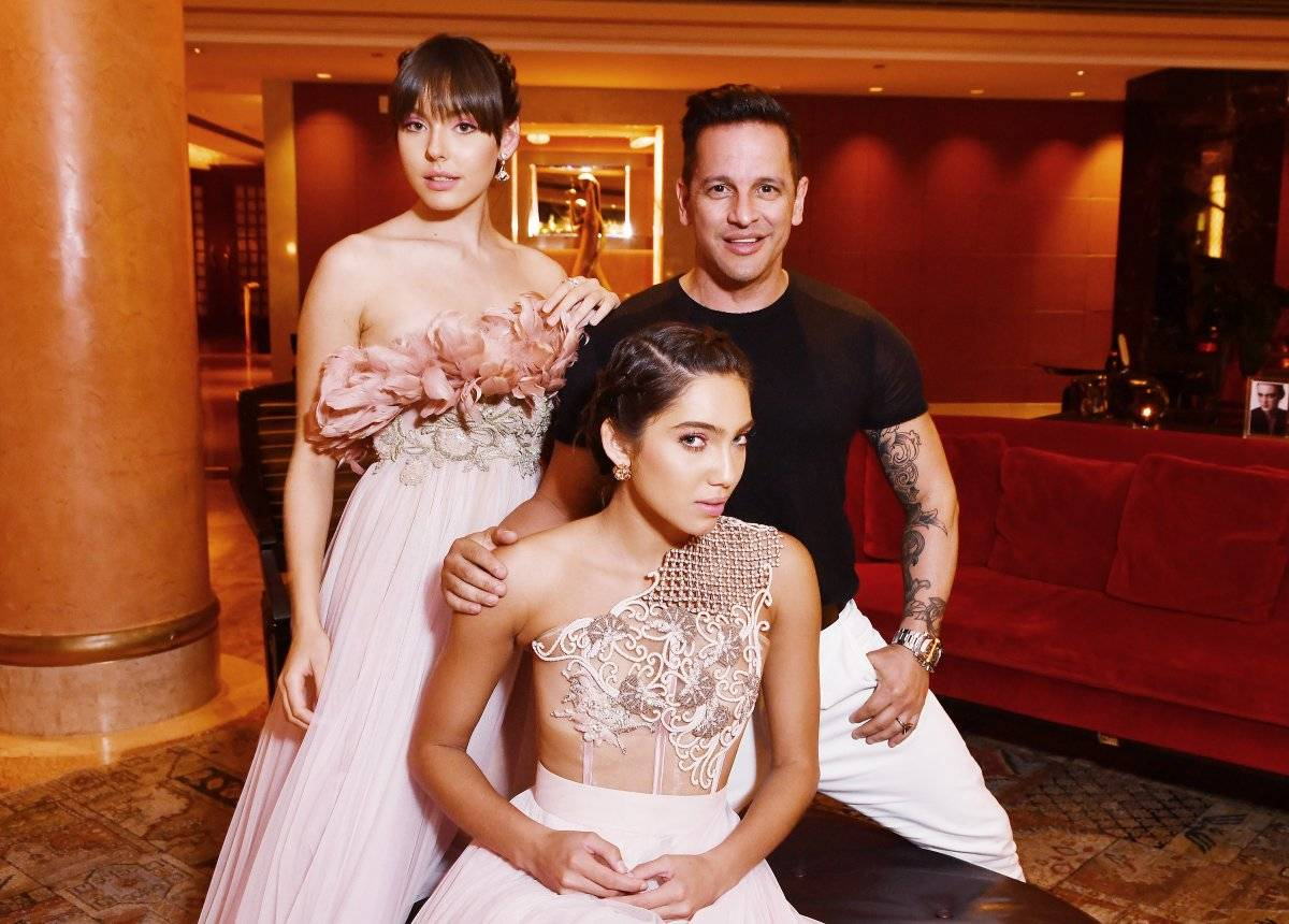 El diseñador Luis Antonio, junto a las modelos Elena Torres (de pie) y Bianca Carolina (centro), de Element Models. Makeup: Suhey Rodríguez | Hair: Alexis Soler de Creatif Salon. Accesorios: BVLGARI / Foto: Dennis Jones
