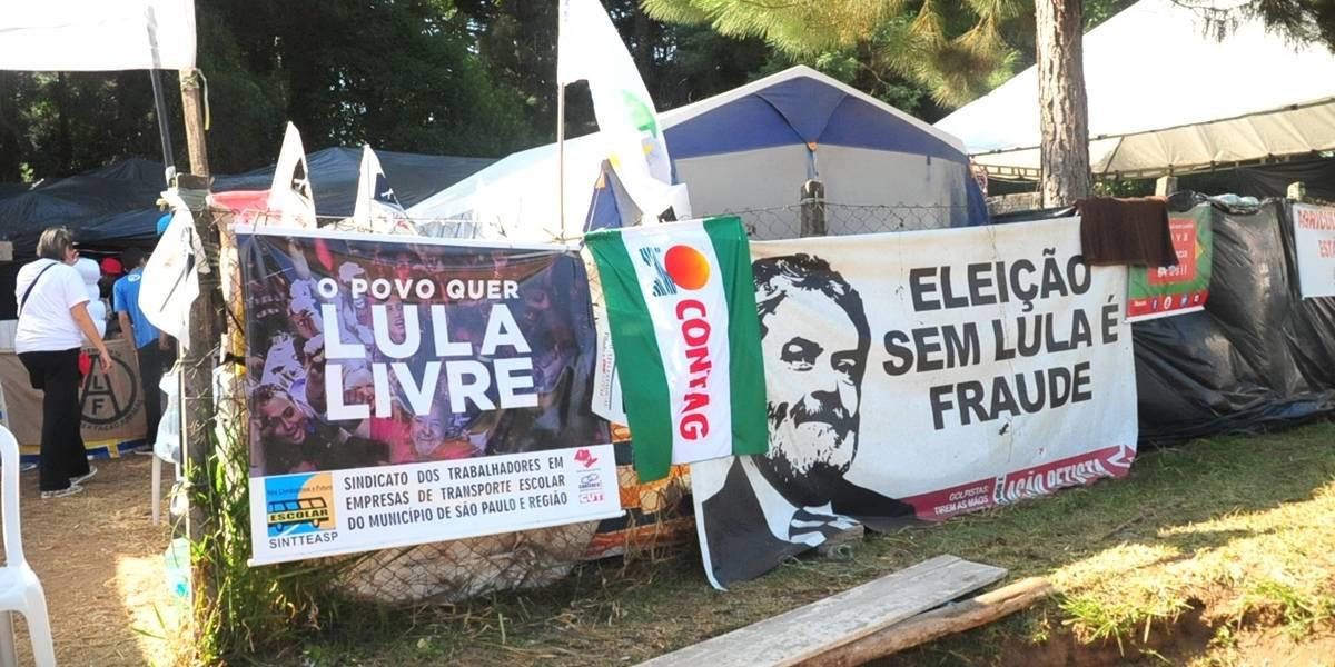 Delegado da PF ataca acampamento Lula Livre e destrói aparelhos de som