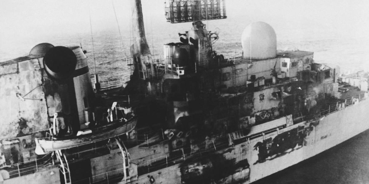 Rasante y a corta distancia: cómo dos pilotos argentinos hundieron al mejor barco de la flota inglesa en la Guerra de las Malvinas