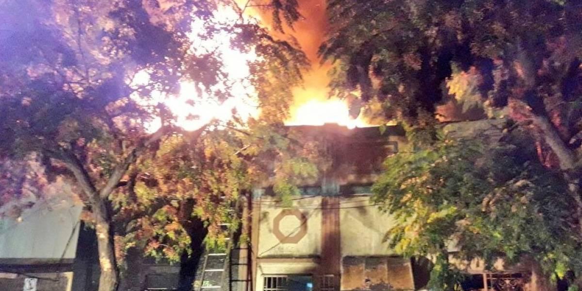 Pavoroso incendio en Santiago Centro: Un fallecido, 4 viviendas afectadas y 12 damnificados es el saldo confirmado por Bomberos
