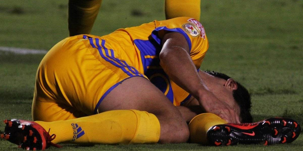 Jürgen Damm muestra la lesión en su rodilla izquierda