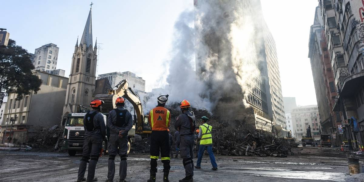 Bombeiros confirmam buscas pelo sexto desaparecido de prédio que desabou