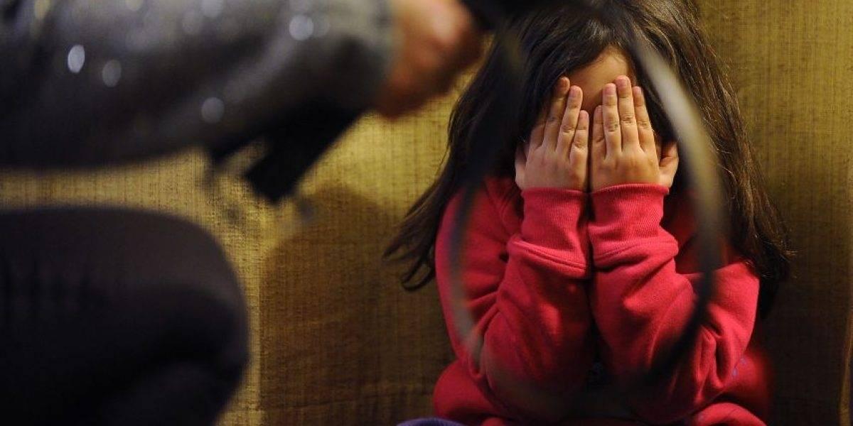 Un abogado le envía amenazas de muerte a su exesposa con su hija de 11 años