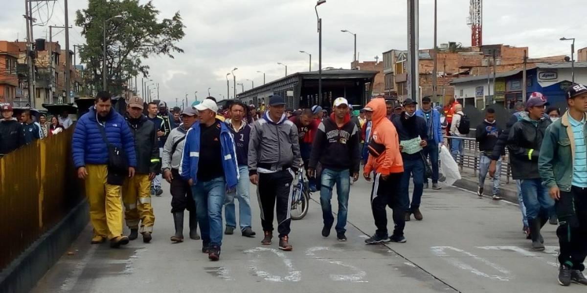 Protesta de bicitaxistas causa cierres en TransMilenio