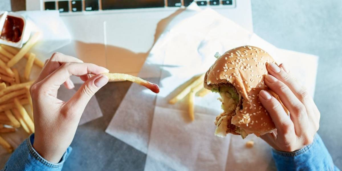 Mulheres que comem muito fast food podem ter mais dificuldades em engravidar, diz pesquisa
