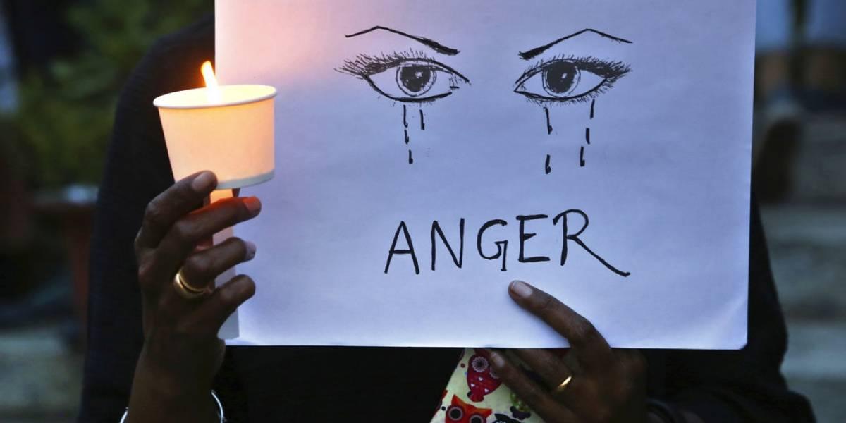 Violan y queman viva a joven en India; hay 14 arrestos detenidos