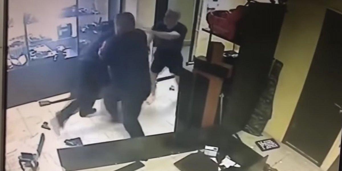 Video: Ladrón golpea con un martillo la cabeza de su víctima