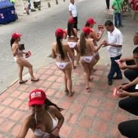 Mujeres en bikini reparten volantes en Colombia