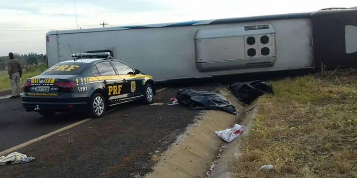 Acidente entre dois carros e um ônibus deixa mortos e feridos no Paraná