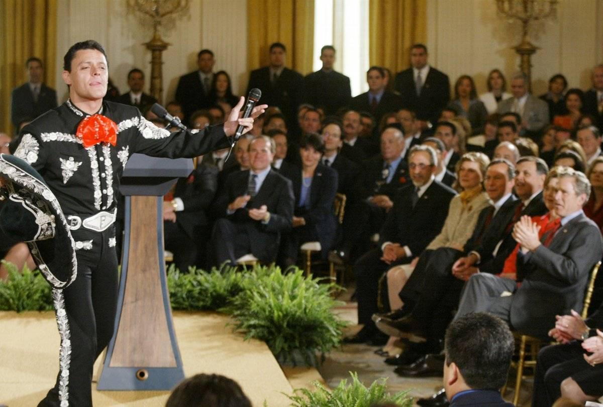 PEdro Fernández le canta a George W. Bush en el año 2002 Foto: Getty Images