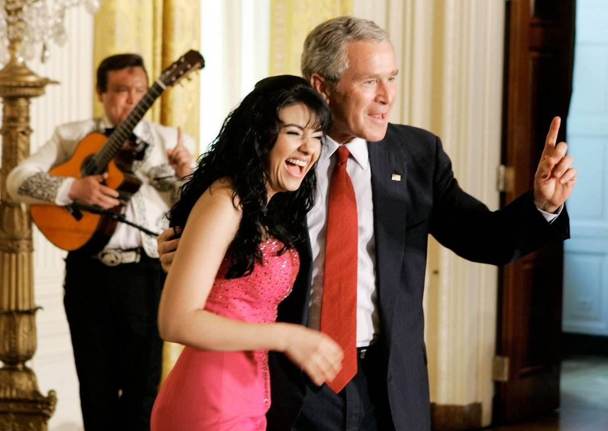 George W. Bush pide a Graciela Beltran que cante una canción más en el año 2006 Foto: Getty Images