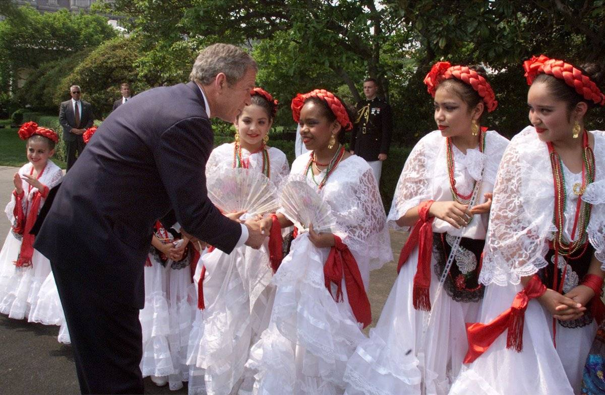 George W. Bush saluda a niñas bailarinas en 2001 Foto: Getty Images