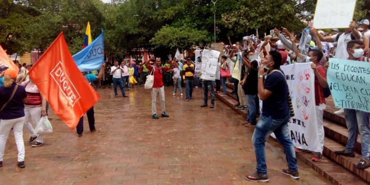 Se enfrentaron seguidores de Petro que llenaron parque donde era esperado Álvaro Uribe