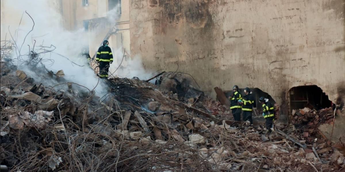 Bombeiros concentram busca por vítimas na parte de trás do prédio que desabou
