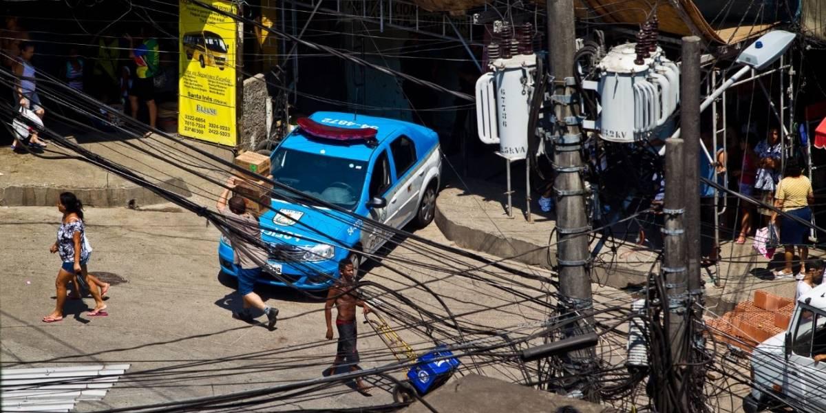 Morrem policiais encontrados desacordados em viatura no Rio