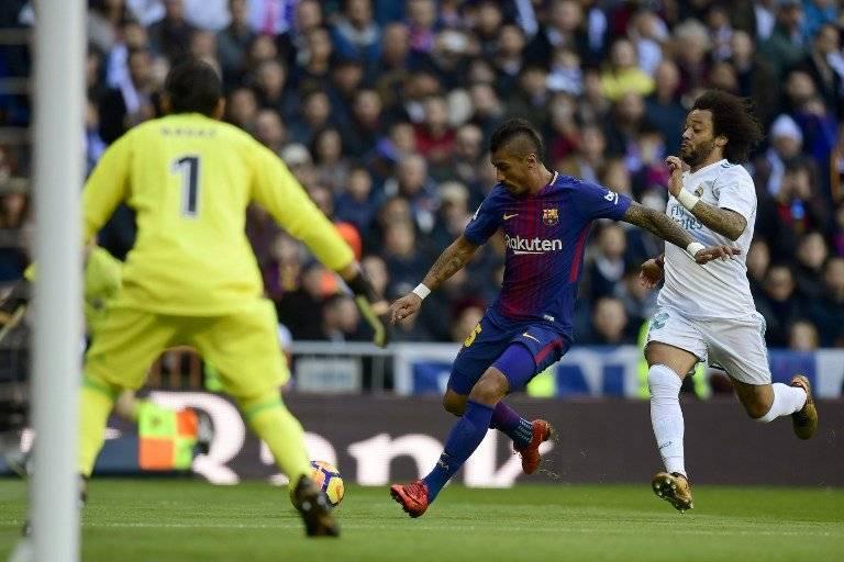 Paulinho intenta realizar un centro ante la presión de Marcelo