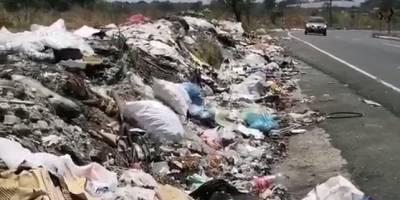La basura es lanzada a la orilla de la carretera.
