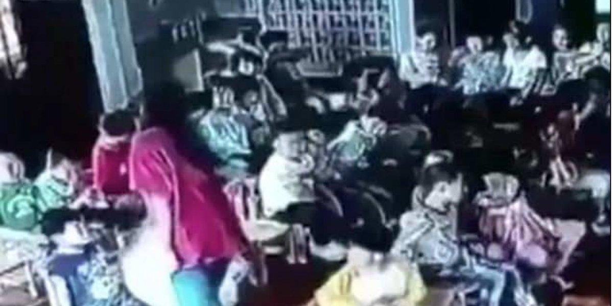 Profesora arrastra y golpea a una estudiante contra un armario