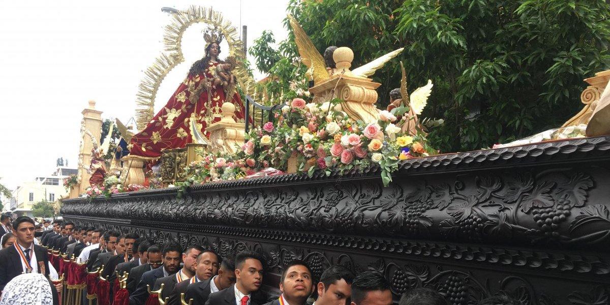 """La Virgen del Rosario salió en procesión en la """"Festividad de la Rosa"""""""