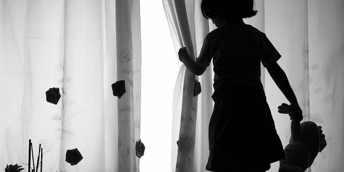 """Sufre de constantes """"pesadillas"""" y """"lesiones siquiátricas"""": una oficial demanda a la policía por obligarla a ver más de 100 videos de violaciones a niños"""