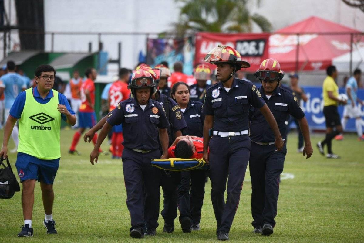 José Martínez es trasladado por los bomberos