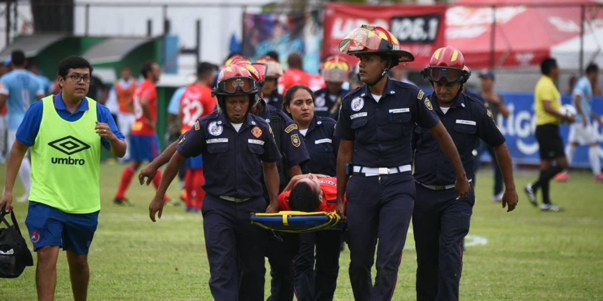 Un fuerte choque envió a dos jugadores al hospital en el partido de Municipal