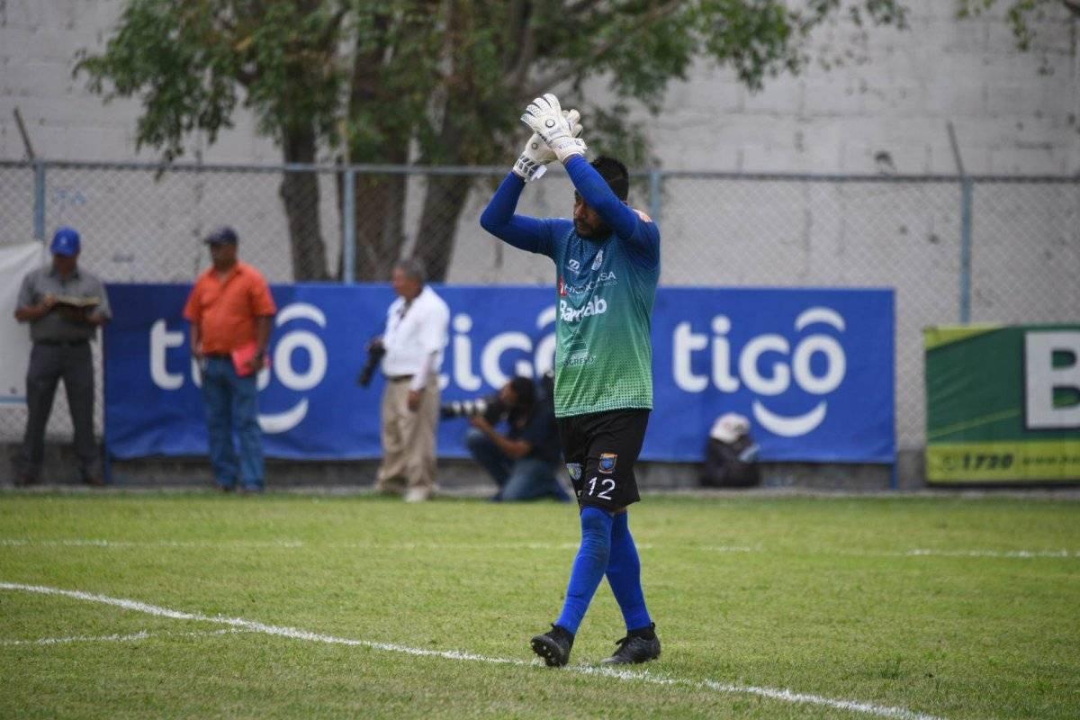 Paulo César Motta aplaude tras finalizado el partido