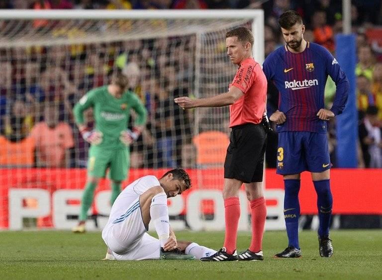 Cristiano tirado sobre el césped del Camp Nou