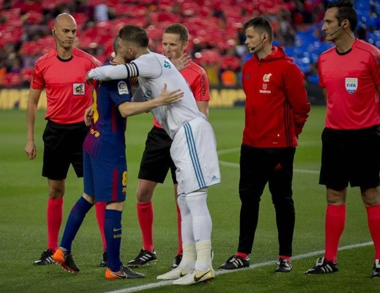 Iniesta y Ramos se abrazan previo al clásico